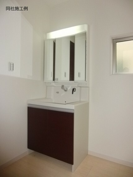 同仕様写真(内観) 収納力のある3面鏡を採用でスッキリ片付く洗面台周り(^_-)