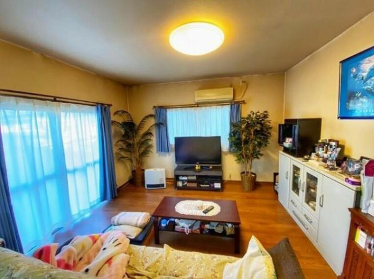 居間・リビング 2面採光で風通しの良いお部屋です