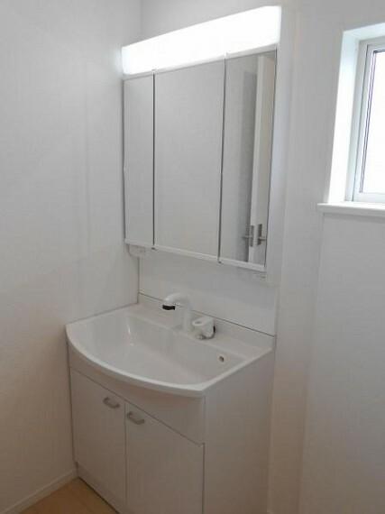 キッチン 【洗面化粧台】ミラー扉の内側が収納スペースで整理しやすく、綺麗な洗面化粧台を保てます。