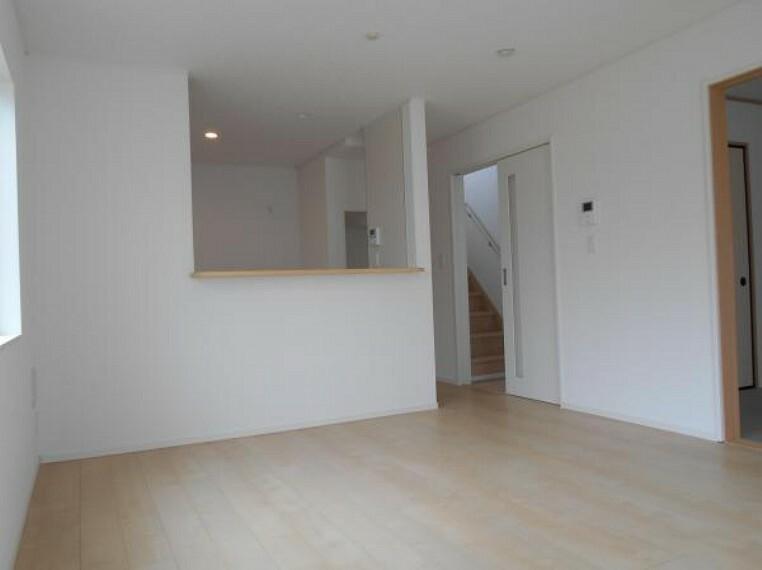 居間・リビング 【リビング】家族の集うLDKは、明るい木目やクロスで部屋をよりひろくゆとりある空間に。