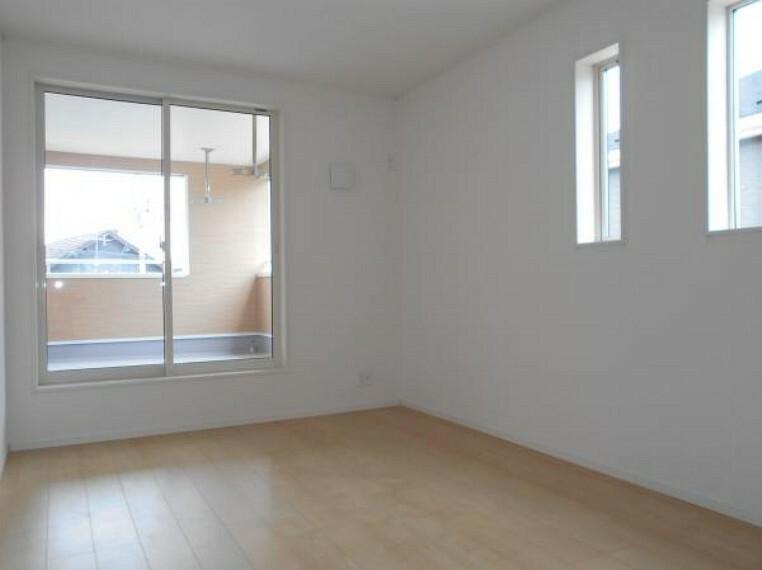 【洋室】大きな窓から穏やかな日差しと爽やかな風の通り抜ける洋室。