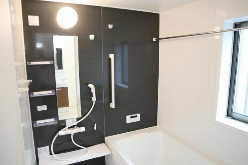 浴室 光に照らし出されたバスルーム。膨よかな湿度と静かに揺れる眼前の水面。広い浴槽にゆっくりと身を沈め深く瞑想をすれば、また新たな活力が膨らんできます。