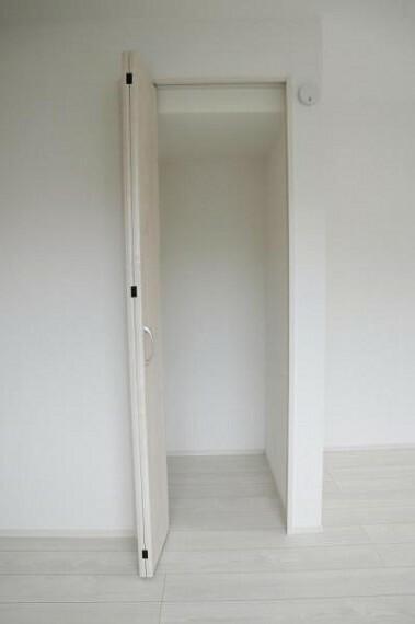 収納 各部屋に備えられたクローゼット。普段使わないものを全部しまってしまえば、お部屋の空間をたっぷり使うことが出来ます。久々に開けてみたら思わぬ思い出が出てくるかも。