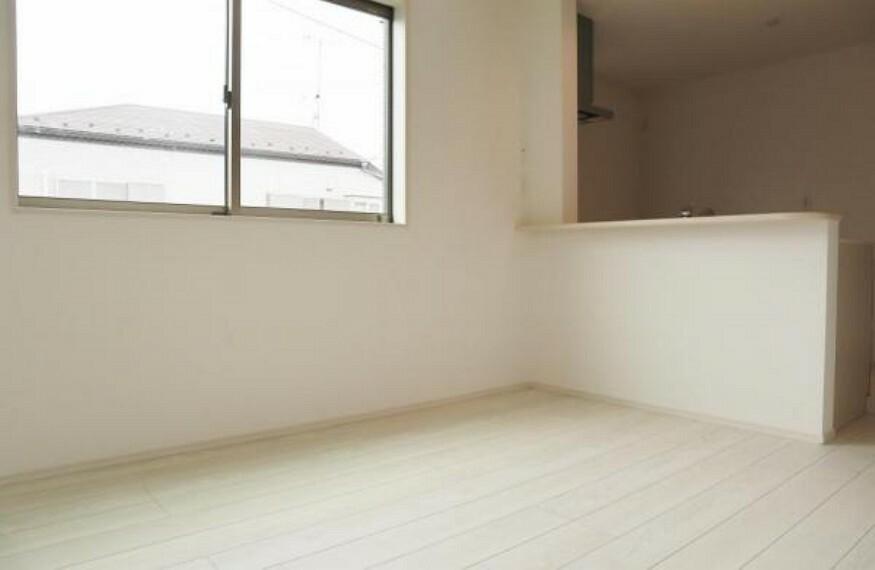 居間・リビング ゆったりとしたリビングです。明るさと風が入る窓配置が安らげる空間を演出します。