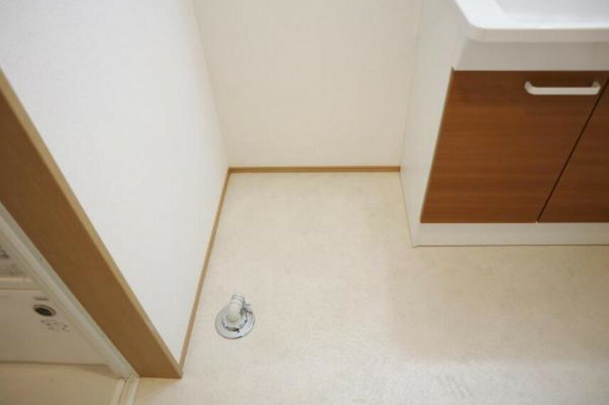 洗面台の隣には洗濯機を置くスペースがしっかりあります。