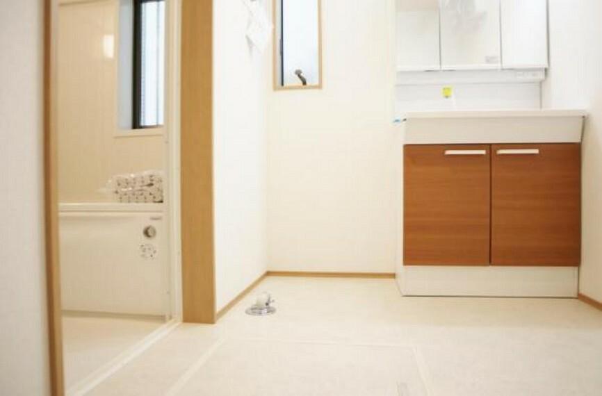 浴室 広々とした脱衣スペース、清潔感と機能性を備えたパウダールームです。