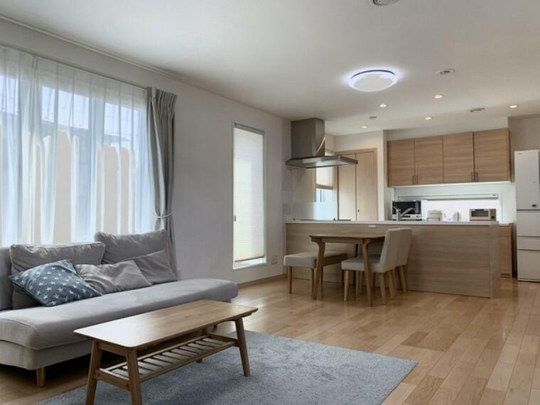 居間・リビング リビングは18.6帖と広くおしゃれな作りです。窓も大きく光りがたくさん取り入れられます!