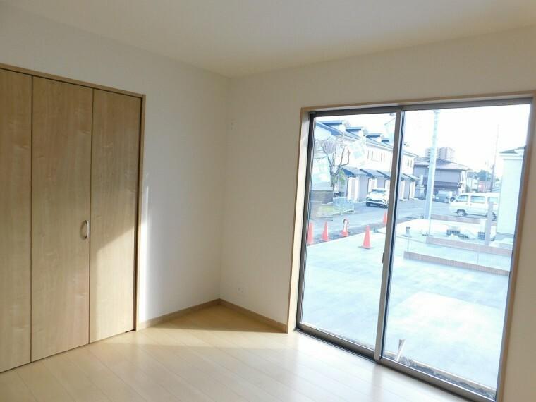 居間・リビング リビングに繋がる居室。リビングから目が届くので、お子様の遊び部屋としてもおすすめです。