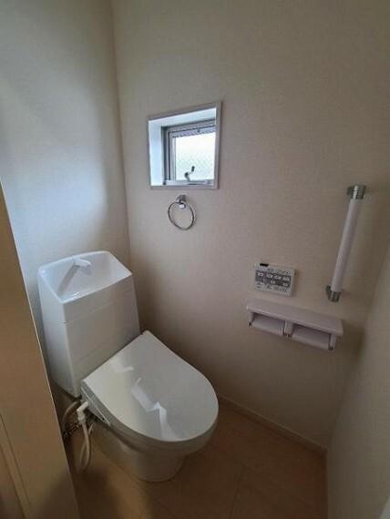 トイレ 窓のあるトイレスペースで通気も良好!