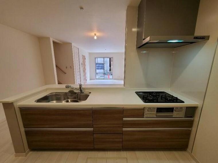キッチン 暖かいイメージのウッド色キッチンは落ち着きがありますよね