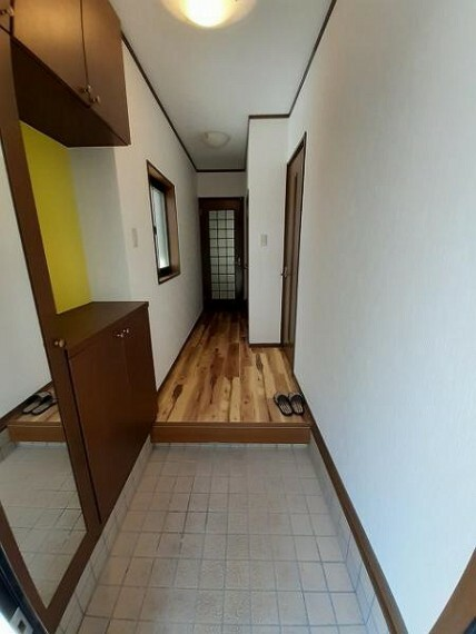 玄関 カウンタータイプの収納がある玄関は自分好みのディスプレイができますね!