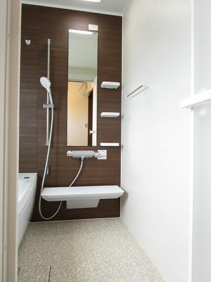 浴室 清潔感と和らぎあるカラーで統一し、ゆったり1日の疲れを癒してくれます。