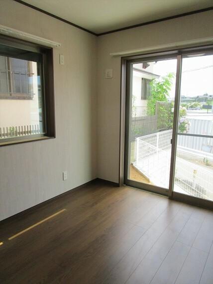 居間・リビング 1階6帖洋室です。