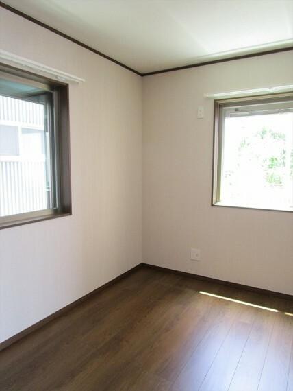 居間・リビング 1階5帖洋室です。