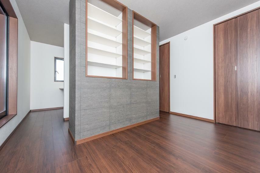 同仕様写真(内観) 主寝室には可動棚を設置し、ワークスペースとベットスペースを使い分けできる空間に。