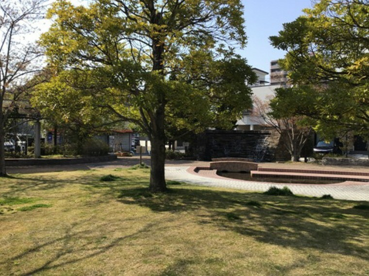 公園 現地1号地を起点に約300m 徒歩4分(2020年4月撮影) 豊かな花・緑・水などを配した市民の交流拠点として、防災拠点としての役割も担っている公園です。