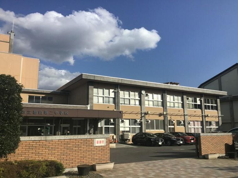 中学校 現地1号地を起点に約600m 徒歩8分(2020年10月撮影) 「健康・英知・友愛」の教育目標と建学の精神で、人間性豊かな生徒の育成に取り組む中学校です。