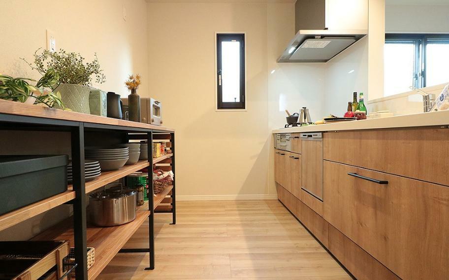 キッチン 施工例■ブラックのアイアンと木目が美しいオープンタイプの収納を採用しました。レイアウトを柔軟に変えることができ楽しめるのも魅力です。