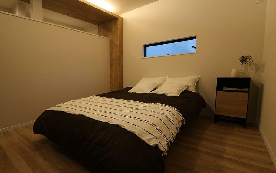寝室 施工例■お部屋とクロークを隔てる壁は天井まで設けず、天井の間に設置した間接照明で広がりをもたせ一体感のある空間に仕上げました。