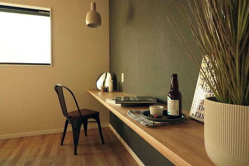 寝室 施工例■大きくとったカウンターは書斎やドレッサーとして使ったりテレビを置いたりと多様な使い方ができます。