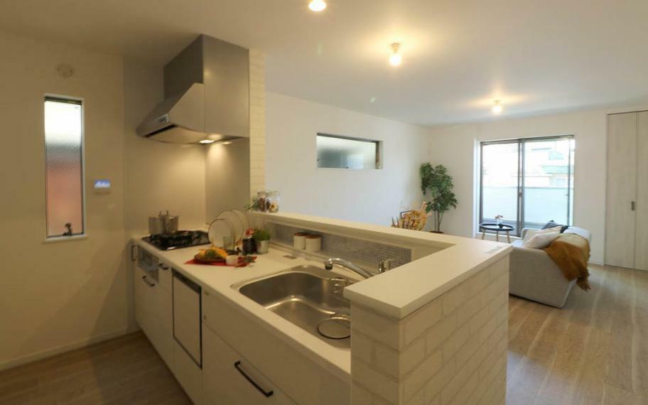 キッチン B号地■キッチン前の壁を一切なくしLDKを一望できるキッチン!小さいお子様がいるご家庭でも安心してキッチンに立てます。