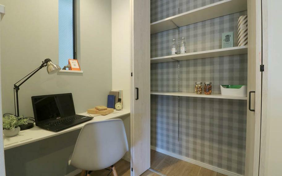キッチン B号地■キッチン横にある広々としたスタディーカウンター。右側には便利な収納スペースを完備!