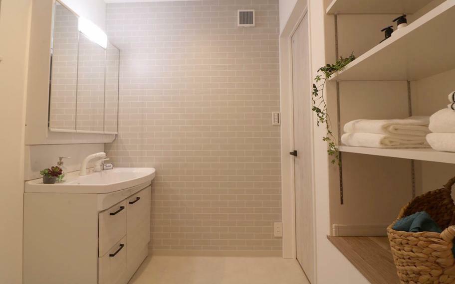 トイレ B号地■1階にある広くとった洗面室は、居室まで着替えを取りに行かなくても済む様に収納棚を用意しました。タオル類はもちろん家族分の下着も収納でき、家事の負担も軽減されます。