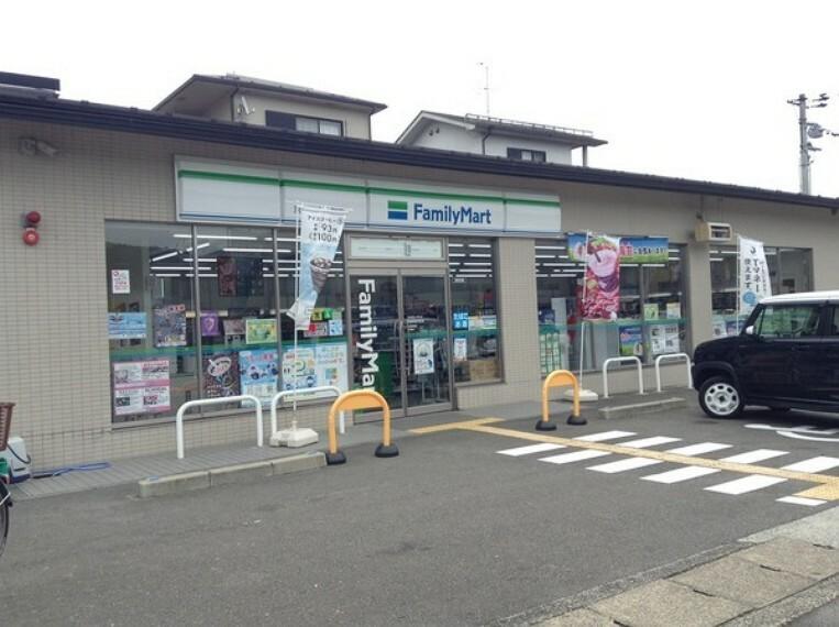 コンビニ ファミリーマート京都岩倉中町店