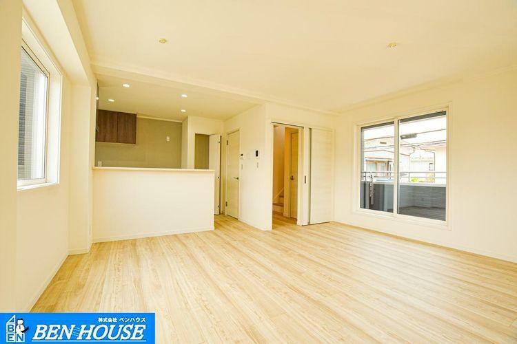 居間・リビング 【リビング】 リビングイン階段を採用していますので、ご家族の帰宅時の様子を確認できます。子育てに配慮された設計です。