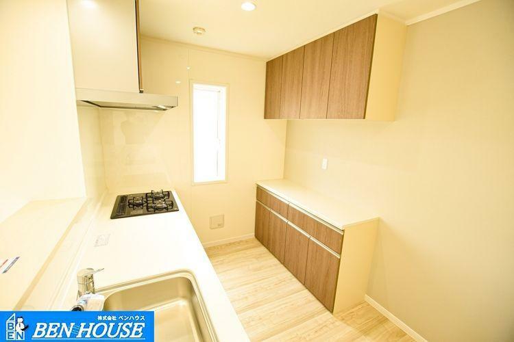 キッチン 【キッチン】 収納力豊富なシステムキッチン。食洗機や浄水器内蔵ハンドシャワー水栓付きで片付けやお手入れもラクラクです。