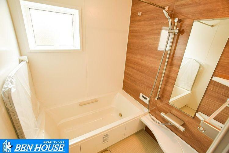 浴室 【バスルーム】 窓があり換気もしやすい浴室。シャワーは背の高い方や、小さなお子様にも対応できるスライドバーで、ご家族皆が使いやすくなりますね、
