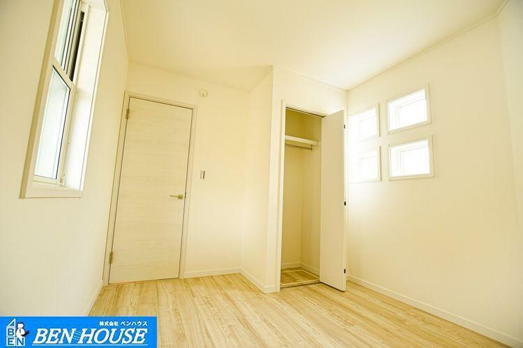 収納 【収納】 全居室にはクローゼットがあるので、お部屋ごとに衣類などの収納ができ、室内が片付きます。