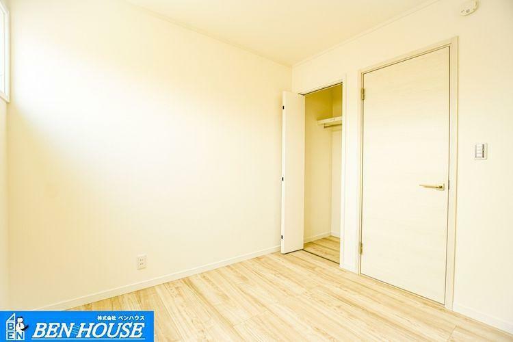 洋室 【居室】 収納豊富な居室は不必要な家具を置く必要がなく、広くお使いになれます。お部屋の整理も楽々ですね。