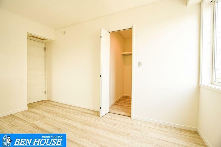 寝室 【居室】 採光が気持ち良い洋室です。収納豊富な居室は不必要な家具を置く必要がなく、広くお部屋をお使いになれますね。