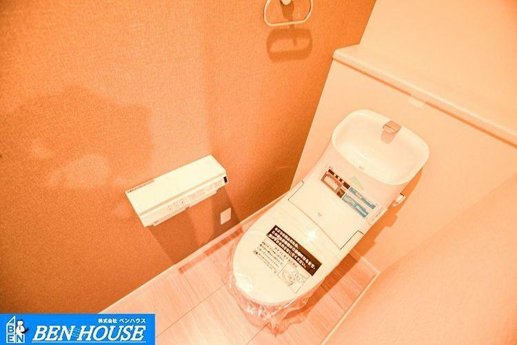 トイレ 【トイレ】 シャワー洗浄機能付のトイレは、清潔感が印象的な空間ですね。リモコンは壁掛けタイプです。
