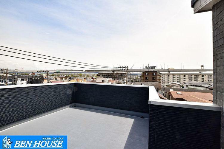 バルコニー 【バルコニー】 屋上に設置したスカイバルコニー。日当りも良く大きなお洗濯も余裕で干せるスペースです。