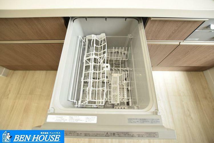 【設備】 手洗いよりもパワフル・節水に洗い上げてくれる便利な食洗器付きのキッチンです