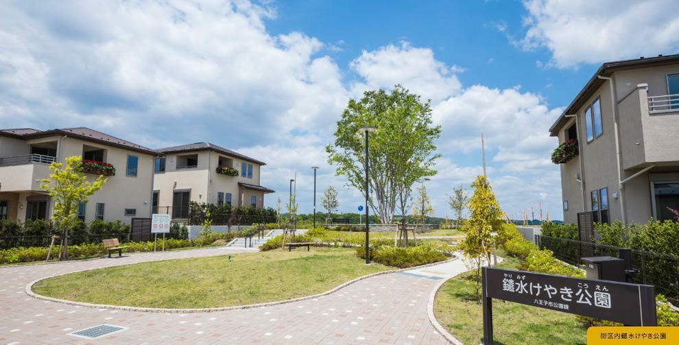 現況外観写真 街の中心にシンボルツリーを配した3rd Place「けやき公園」  ■南大沢エリア 美しい学園都市「南大沢」。その丘の上に5万平米超の広大な敷地、全185区画の新しい街が誕生します。その愛称は「Tokyo ToCoTo TOWN」。周囲には広大な自然が溢れ、生活利便も揃う理想の子育て環境がここにあります。