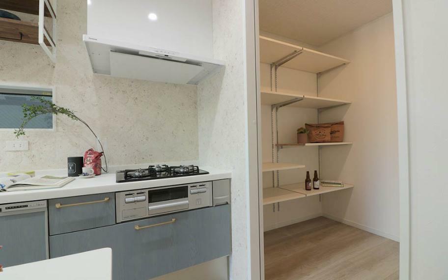キッチン キッチン横には冷蔵庫や家電製品もスッキリおさまる大きなパントリーがあり、見せたいものはカウンター上部の吊戸棚へ、見せたくないものはパントリーにしまうことができます。