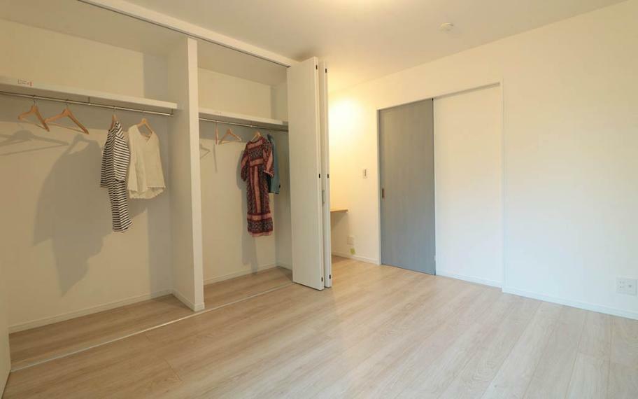 寝室 主寝室の収納は夫婦の荷物を十分に収納できるよう確保しました。