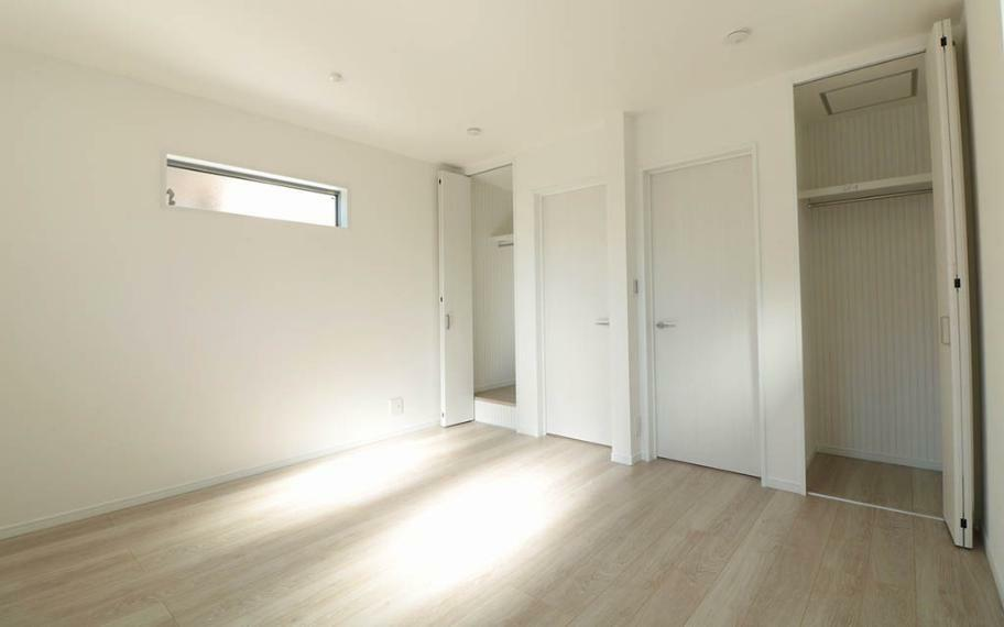 洋室 広めの洋室は将来間仕切りができるお部屋です。家族みんなの寝室にしたり、大きめの子供部屋にしたり、子供が増えたら間仕切ることもできます。