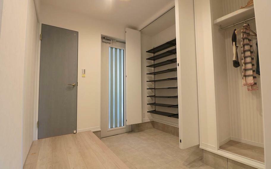 玄関 玄関収納は靴の収納スペースはもちろん、コートやカバンを掛けるバーも付けているので、毎日の習慣で整理整頓もバッチリです。