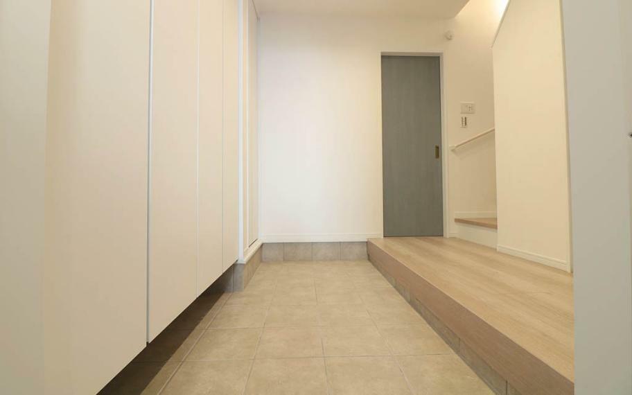 玄関 広い空間が心地よい玄関スペース。幅が約2mほどあるので、家族が並んで靴が履けちゃう広さです。ベビーカーやお気に入りの自転車をそのまま家の中に置くこともできます。