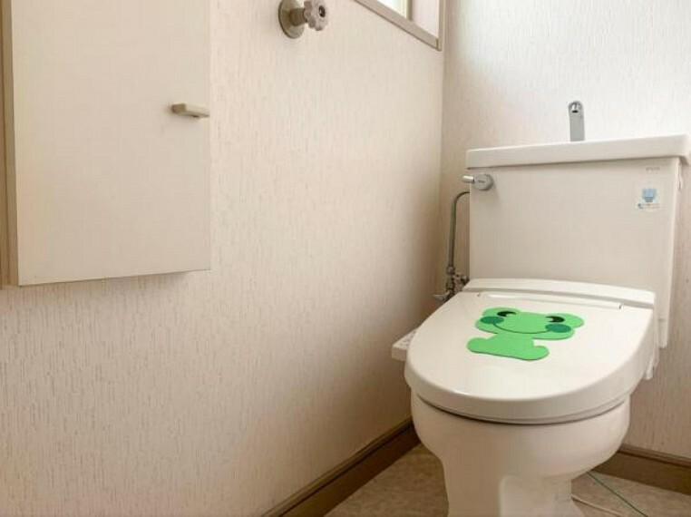 トイレ <2020/5/15撮影>毎日使うからこそ汚れにくくお手入れもしやすい設計の洗浄便座。 ※トイレは2階にもあります
