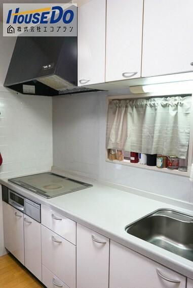 キッチン 壁付けキッチンなので、 お部屋のスペースを無駄なく活用できます  作業スペースの前に窓があるので 換気をしたいときもすぐに開閉できて便利! 収納も沢山あるので今のお家と比べてみてください