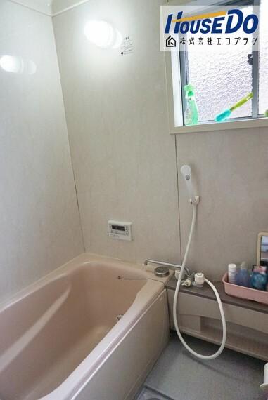 浴室 1日の疲れを癒してくれるお風呂  窓もあるので換気もばっちりです! 防カビにもなりお掃除も楽になりますね  圧迫感がなく明るく開放的になるので、 お風呂好きさんにはもってこいです