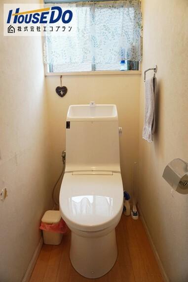 トイレ ウォシュレット付きトイレです  大きな窓があるので、光を沢山取り入れることができる明るいトイレです  換気も十分することができます!!