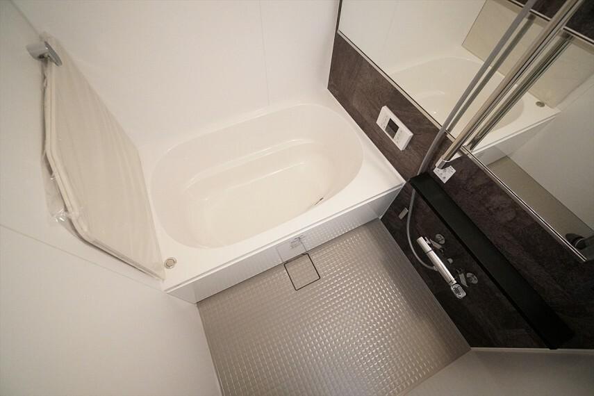 浴室 清潔感溢れる上品なデザインです。 毎日のバスタイムを癒しの時間に 一日の疲れを取るために、 一番落ち着けるような場所でありたいという思いが込められているデザインです。
