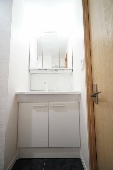 洗面化粧台 毎日の身だしなみチェックに欠かせない洗面所は、 清潔感溢れる上品なデザイン。 使いやすさにもこだわり三面鏡を採用、 明るく仕上げております!