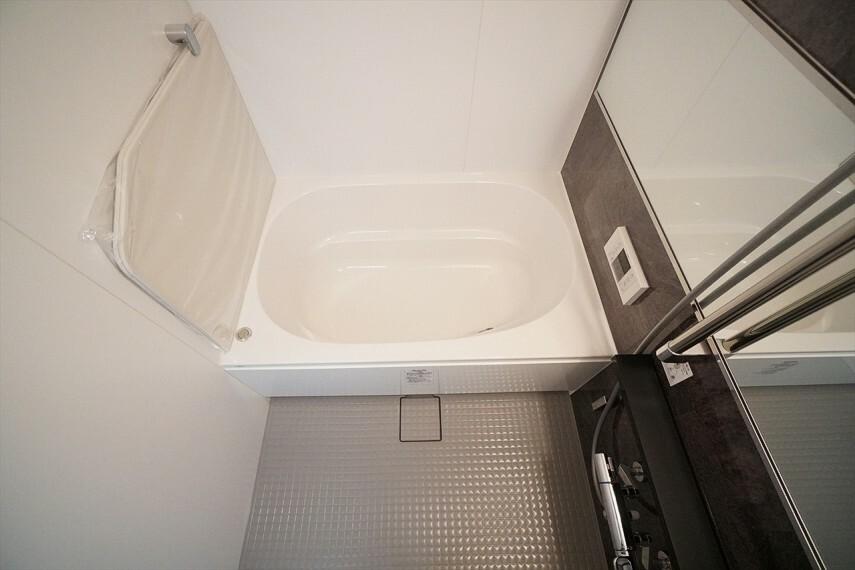 浴室 白を基調としたシンプルながらも清潔感溢れる上品なデザインです。 毎日のバスタイムを癒しの時間に 一日の疲れを取るために、 一番落ち着けるような場所でありたいという思いが込められているデザインです。